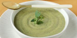Σούπα με μπρόκολο και γιαούρτι