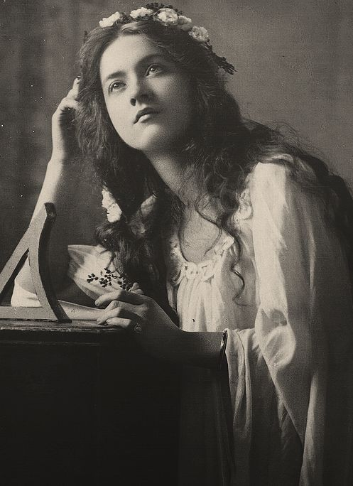 This is me deciding what will be the next reading  (Maude Fealy in Hamlet, early XX century)