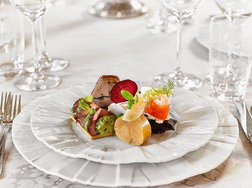 Terină de iepure cu măsline verzi și capere, învelită în speck, pernuță cu somn marinat cu ceai negru și cremă de hrean și fenel proaspat, roast-beef cu cremă de dovlecel și broccoli pe cruton auriu de pâine, terină de fois gras cu țelină coaptă și ulei de trufe, brânza de capră cu sfeclă roșie și chips de sfeclă roșie.  O gustare de nuntă originală care evită clișeele și pune accent pe prospețimea, savoarea și texturile ingredientelor.  www.domeniulmanasia.ro