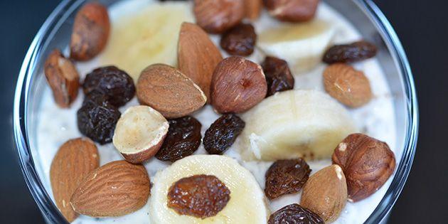 Sund og mættende chiagrød med skyr, mælk og et strejf af vanilje. Nem og velsmagende morgenmad, mellemmåltid eller dessert, som kan pyntes med diverse nødder og frisk frugt.