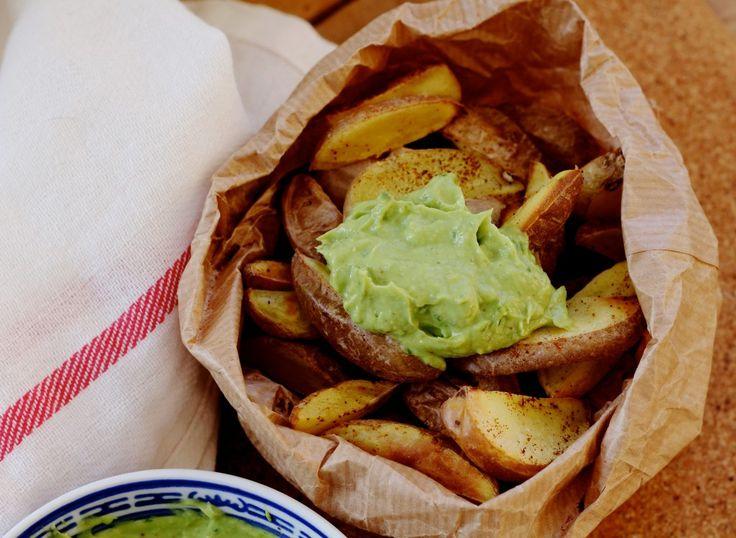 gezonde frietjes:  Snijd aardappel in partjes  (kies voor bio en laat de schil lekker zitten) , verdeel over een stuk bakpapier en bestrooi met chilikruiden,  in oven van 220° voor zo'n 35 min