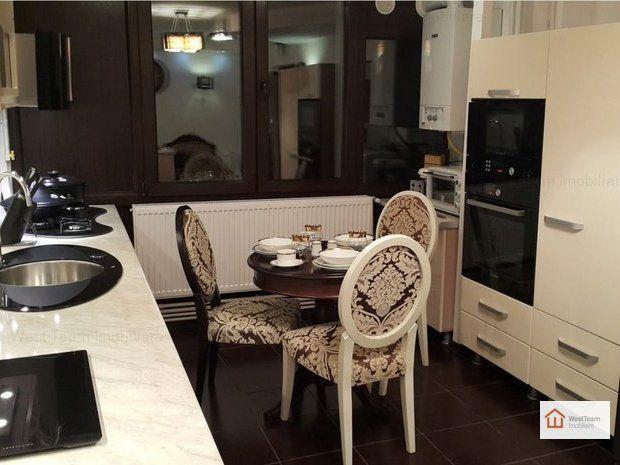 bucataria moderna imbinata cu scaunele in stil clasic