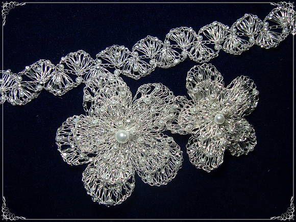 Tiara dupla lequinhos, com aplicações de perolas de porcelana e strass, acompanha duas flores  duplas, sendo uma de 7 cm com 5 cm dentro e outra de 6 cm com uma de 4 cm dentro, ambas salpicadas de strass e perolazinhas , muito delicada. Pode ser usada em coques, como tiaras ou espalhadas numa trança. As peças são flexíveis e permitem muitas variações. Em folheação de prata, ou outras cores, a sua escolha. ENTREGAS A COMBINAR  DE ACORDO COM AGENDA DA DESIGNER. R$ 423,00
