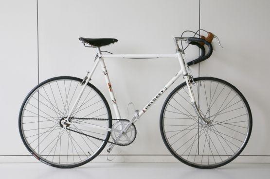 Peugeot Px10  Deze bijzondere Peugeot Px10 is door Velo d'Anvers vanaf het frame opgebouwd. Een mooie custom gebouwde fiets, zonder versnellingen, in basic wit.