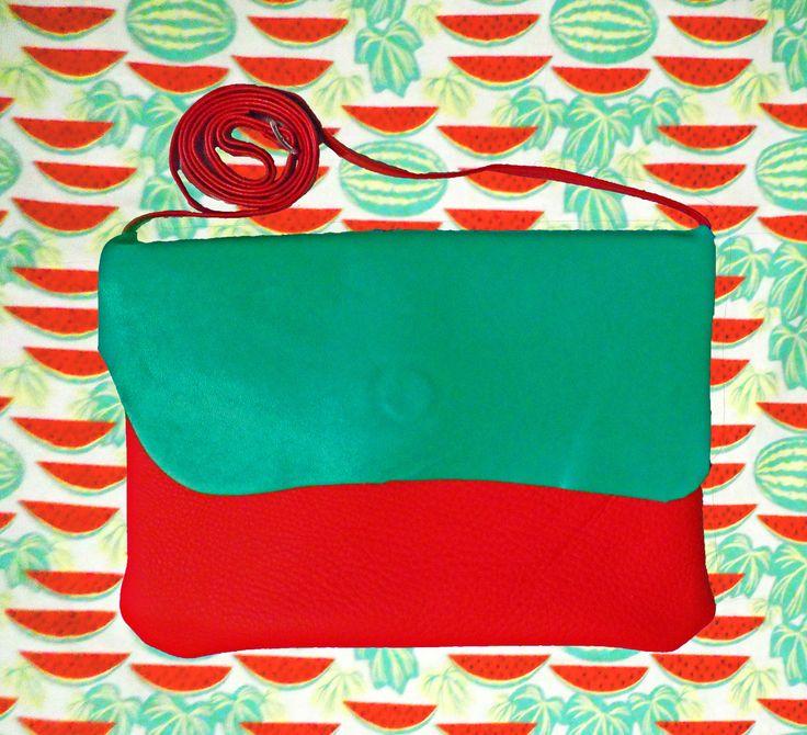 COCO è una borsetta di BANGBAG! no no, Mademoiselle non c'entrafatta a mano in pelle rossa e verde, e' foderata interamente con un tessuto in cotone fantasia nelle stesse tonalità della pelle. Troverai all'interno una taschina per salvare le cose piu' importanti.