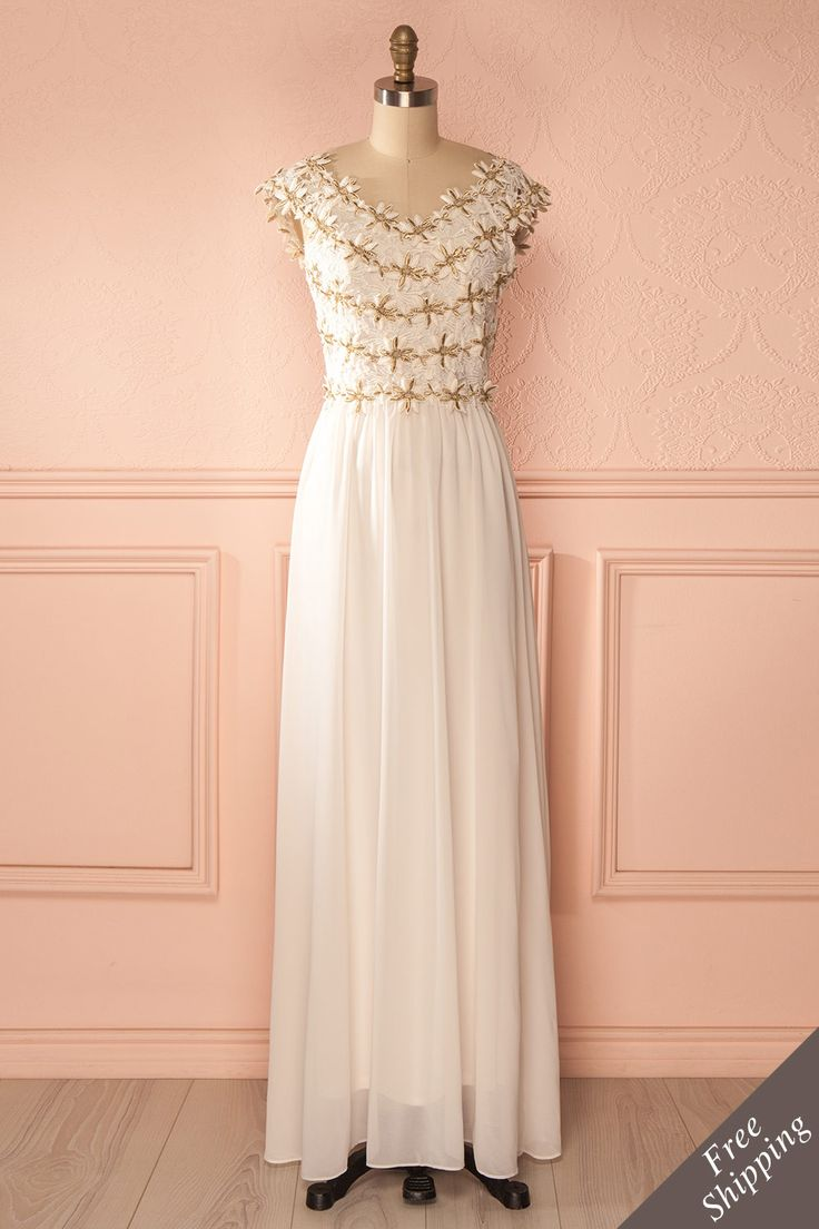 Des pétales d'or brodés au buste sont synonyme d'élégance et de délicatesse.    Petals of gold embroidered to a gown are a sign of elegance and delicacy. Ivory and golden embroidered maxi dress https://1861.ca/collections/products/deepti