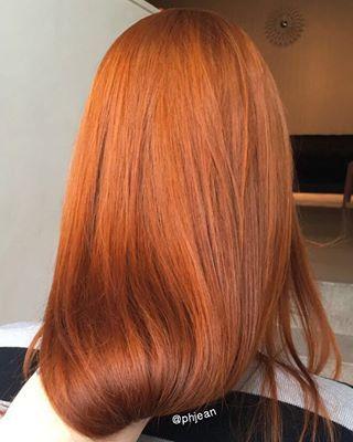 A escolha do shampoo é fundamental: tem que ser sem sulfato e sem sal, para não abrir tanto a cutícula do cabelo. | 7 dicas de expert para o ruivo durar mais e ficar lindo