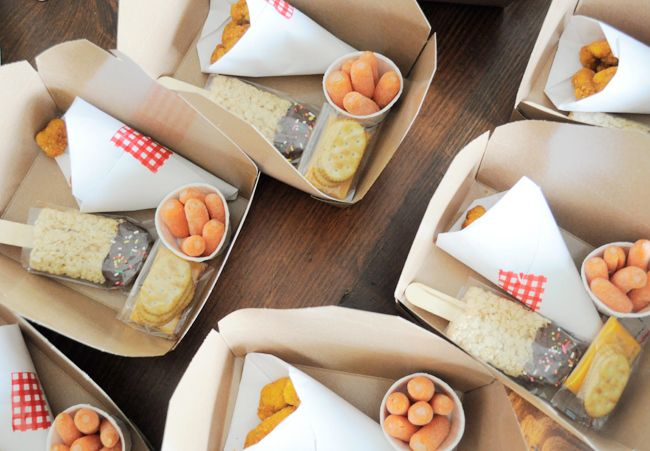 Picnic Lunchables - Make sure each kiddo has their own picnic basket & sort all their food into one picnic box. We love the rice krispie popsicle that won't melt under the sun. Fill your box with sammies, chips, celery and dip (or with carrots and popcorn chicken, like Lifeflix did), wrap it up with twine and include a picnic napkin!