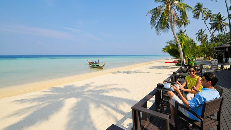 Dieses Holiday Inn Resort Phi Phi liegt direkt am ruhigen Strand von Laem Tong, der überall als einer der besten Strände der ganzen Insel Phi Island gilt und Teil des Had Noppharat Thara im Naturschutzpark von Mu Ko Phi ist