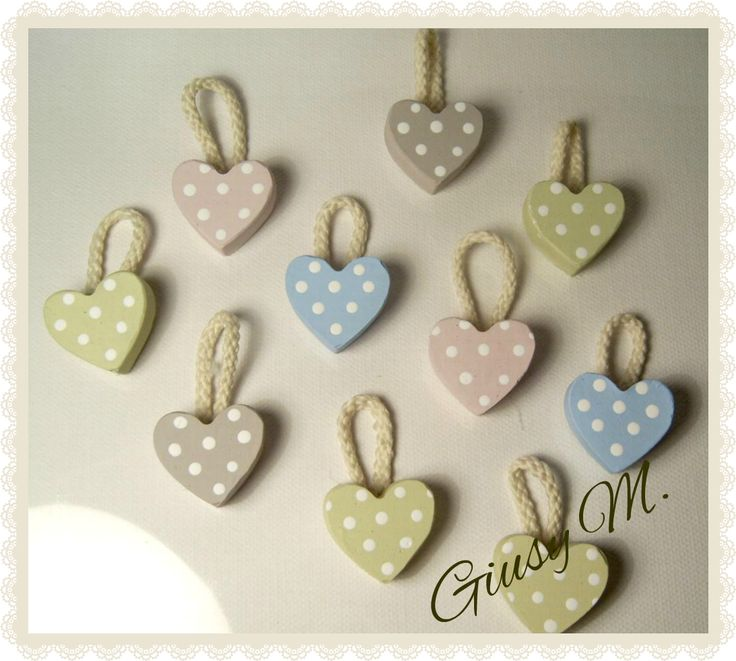 Cuori in gesso dipinti a mano.  Hearts in plaster, hand-painted
