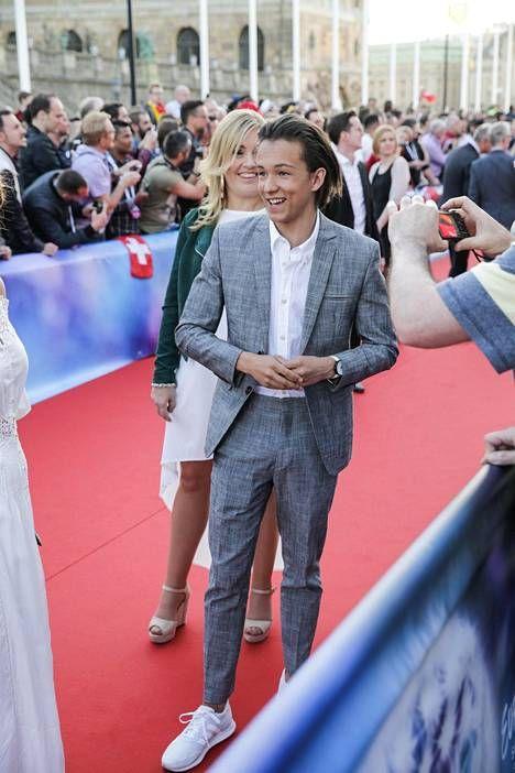 Viisuisäntä Ruotsia edustaa 17-vuotias Frans Jeppsson Wall. Frans edusti punaisella matolla tyylikkäänä harmaassa puvussa.