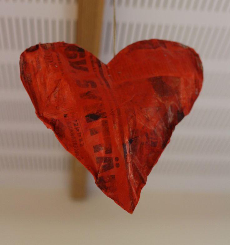 Sydän sanomalehdestä. Leikataan kaksi sydäntä sanomalehdestä. Ne kiinnitetään toisiinsa nitojalla ja jätetään täyttöaukko. Sydän täytetään rypistetyillä sanomalehtsuikaleilla. Aukko niitataan kiinni. Sydämen päälle kiinnitetään silkkipaperisuikaleita liima-vesiliuoksella. Liimana käytin Erikeepperiä.