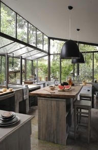 Not the traditional kitchen I normally like but if I had a lush backdrop like  that... Wow... Eternal vacation to my happy place :)