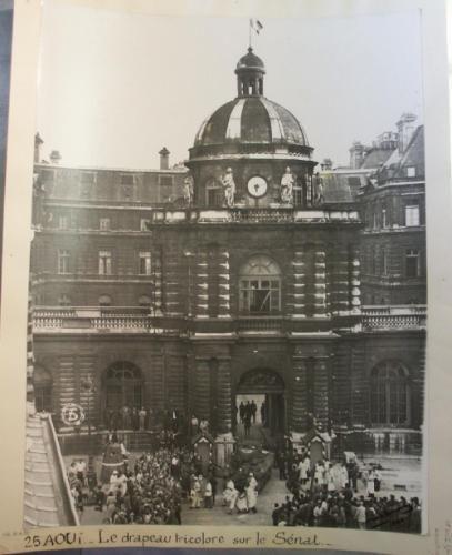 Libération de Paris - 25 août 1944 - Drapeau tricolore sur le dôme du Sénat libéré, palais du Luxembourg, 15 rue de Vaugirard, 6ème arrondissement, Paris.   Paris Musées
