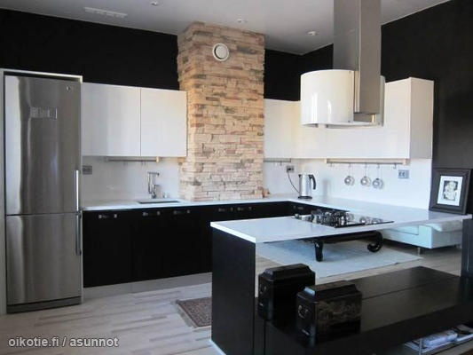 Dramatic kitchen with tiles and black & white cabinets  Dramaattinen mus