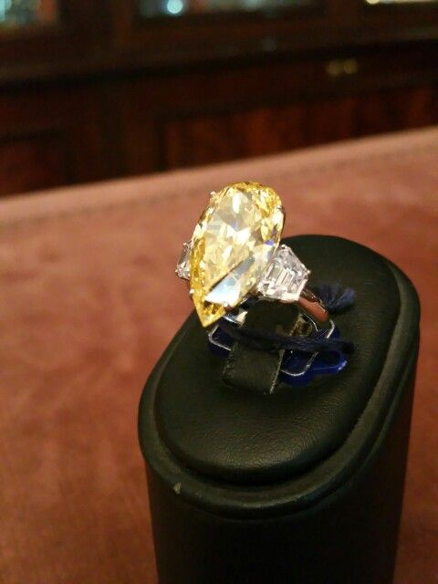 RING WHITH SINTETIC WHITE DIAMONDS AND FANCY