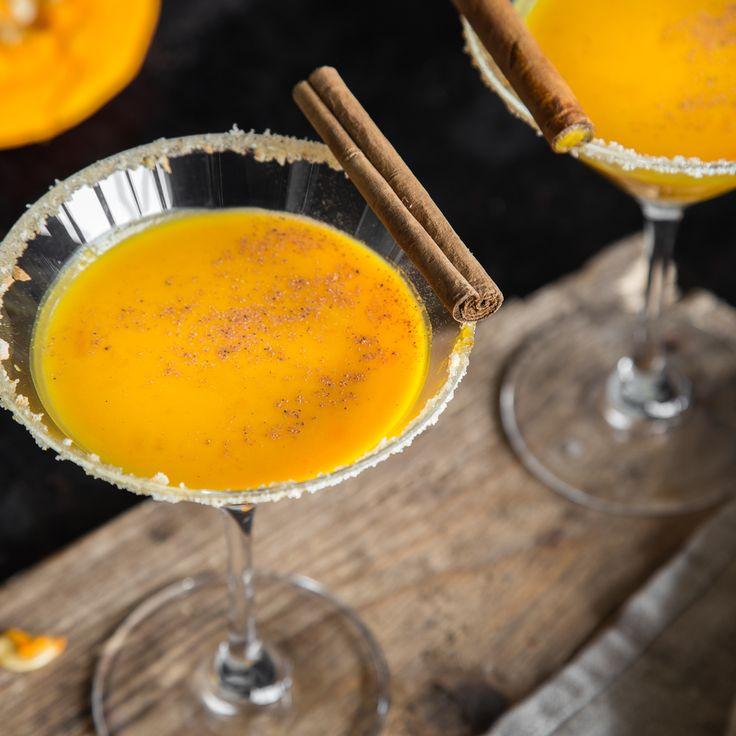 Zu diesem Kürbis-Martini kommen noch Rum, Sahne und Milch. Auf den Rand Zucker, Kekskrümel und Zimt. Oben drauf eine Zimtstange und geriebene Muskatnuss.