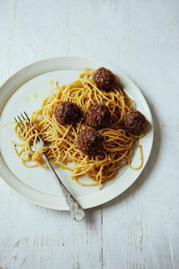 "Spaghetti mit Auberginen-Mandel-Pesto und Quinoa-Zitronen-""Hackbällchen"", Foto: Yuki Sugiura © 2015 Jan Thorbecke Verlag, Ostfildern"