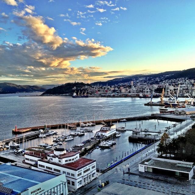 Puerto deportivo de Vigo y ría de Vigo