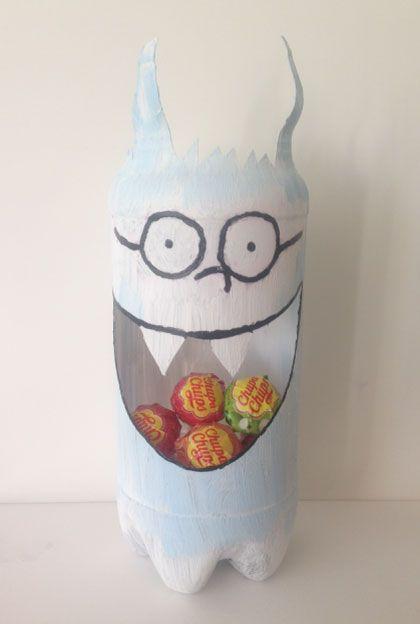 Dolfje Weerwolfje traktatiepot knutselen van een plastic fles. Leuk voor bij de kinderboekenweek. Vind een link naar het boek op mijn website.