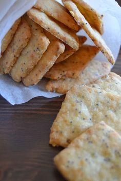 """Galletas saladas """"craquers"""" hechas en casa, la receta aquí: http://www.sweetaddict.es/2013/10/galletas-saladas-de-queso-y-semillas-de.html"""