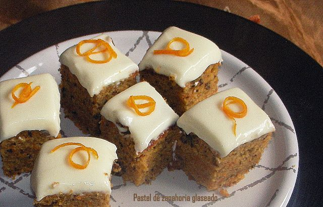 Pastel de zanahoria y nueces glaseado con queso crema. HECHO sale muy bien