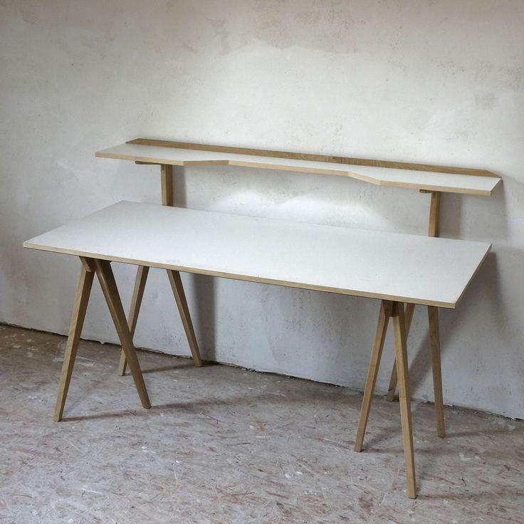 """'The Walking Desk' verfügt über eine einzigartige """"zweite Etage"""":  Das integrierte Regal macht den Tisch zu einem funktionalen Arbeitsplatz. Wichtige Dinge können griffbereit platziert werden; auf der Arbeitsfläche steht mehr Platz zur Verfügung. Der Schreibtisch passt daher auch für kleine Räume.  Jedes Körperteil des Bocks erfüllt eine Funktion: Die Schrittstellung der Beine bietet Bewegungsfreiheit für den Nutzer; die Tischplatte ruht auf dem Rücken, 'Hals' und 'Kopf' tragen die Ablage"""