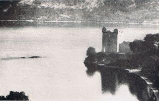 Il mostro di Loch Ness, conosciuto anche con il soprannome di Nessie, è uno dei mostri più famosi dell'epoca moderna. La sua foto più famosa è stata scattata nel 1933, quando cominciarono anche i primi avvistamenti, ma forse non tutti sanno che la prima testimonianza di un mostro nei dintorni del lago Ness risale al