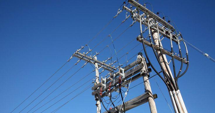 Cómo revisar el voltaje trifásico . Las centrales eléctricas generan corriente eléctrica trifásica para la transmisión a través de la red eléctrica para abastecer los hogares, las empresas y la industria con energía eléctrica. La mayoría de los hogares residenciales y las pequeñas empresas sólo utilizan energía monofásica, pero las fábricas a menudo usan energía trifásica para ...