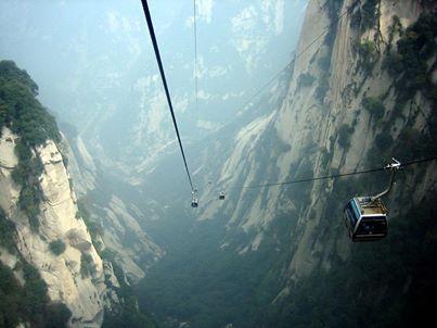 Канатная дорога к пещере Небесные врата, Китай  Гора Тяньмэнь – первая гора в Чжанцзяцзе, высота которой была измеряна специалистами (1518,6 м). Она известна благодаря своей необычной пещере Небесные ворота – самой высокой в мире пещере, образованной естественным путем в ходе эрозионных процессов.