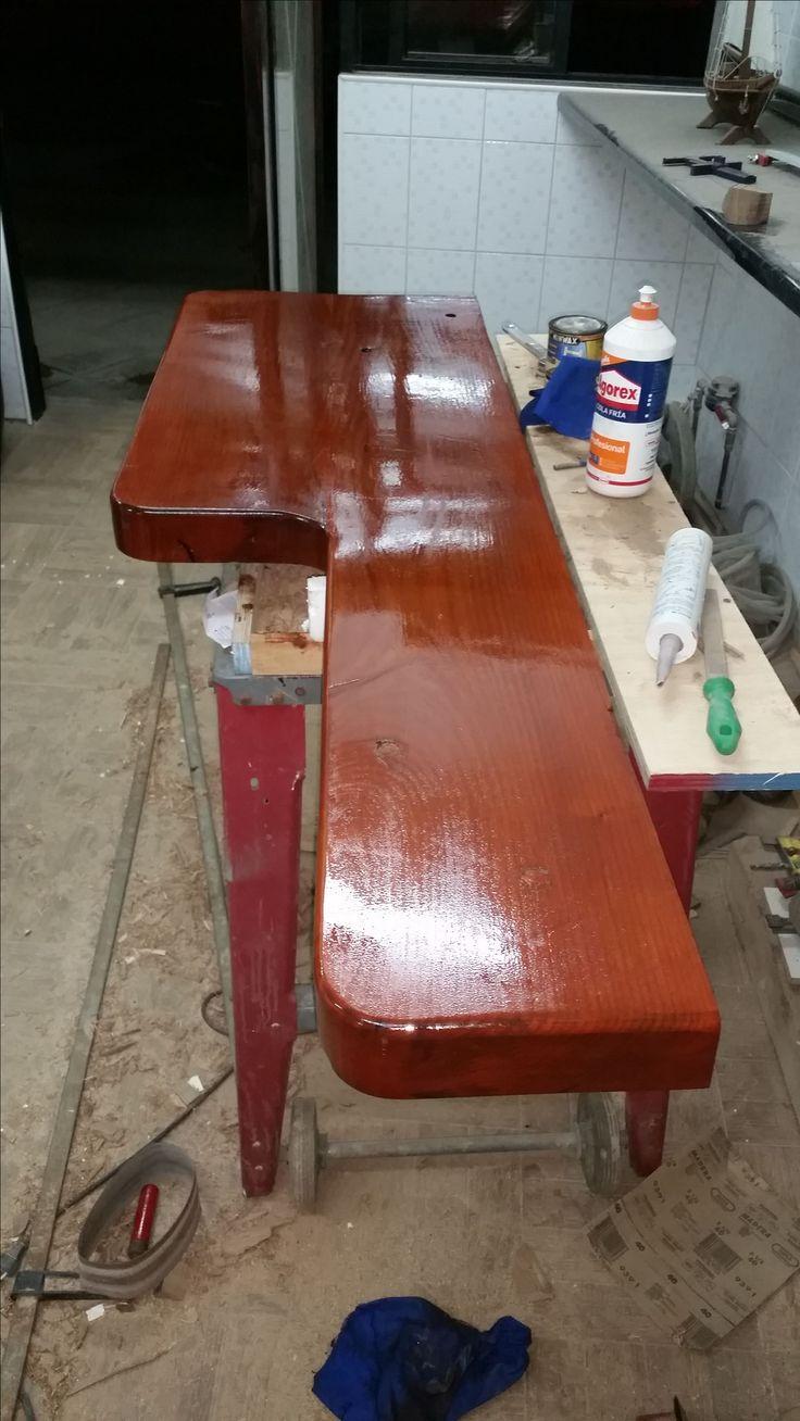 Fabricación de mueble mesón para vanitorio en madera de durmiente trabajado. Se vitrificó para evitar humedad de baño.