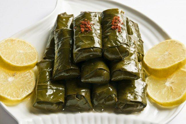 Les dolmas, de délicieuses feuilles de vigne farcies de riz et de viande.
