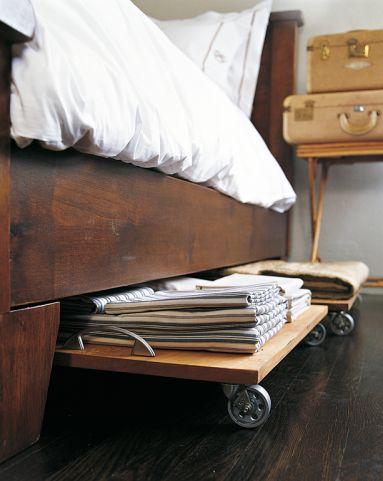 Bettwäsche und Handtücher werden auf selbstgezimmerten Brettern mit Rollen aus dem Baumarkt einfach unters Gästebett geschoben und sind bei ...
