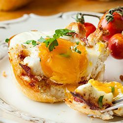 Jajka zapiekane w tostach w formie na muffiny   Kwestia Smaku