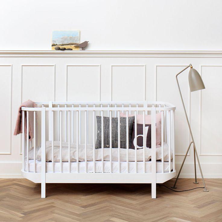 Wood, en stilren och praktisk spjälsäng från Oliver Furniture med ett flexibelt system tänkt att följa barnets utveckling. Sängbotten har två olika lägen, det går att ta bort spjälor och göra kryphål för det lite större barnet och samtliga spjälor på ena långsidan kommer dessutom med i en lägre variant. Denna spjälsäng är tidlös och vacker men modern på samma gång. Sängen är tillverkad i lackad massiv björk och MDF och finns i två varianter, den ena helt i vitt och den andra med detaljer i…