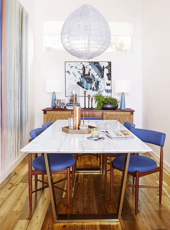 Love this long/skinny #marble dining #table surrounded by #midcentury modern chairs