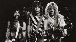 Трое создателей комедийного, псевдодокументального фильма «Это — Spinal Tap» о жизни несуществующей рок-группы объединили свои усилия и подали судебный иск на 400 миллионов долларов против французской медиа-компании Vivendi, являющейся учредителем Universal Music. Началос�