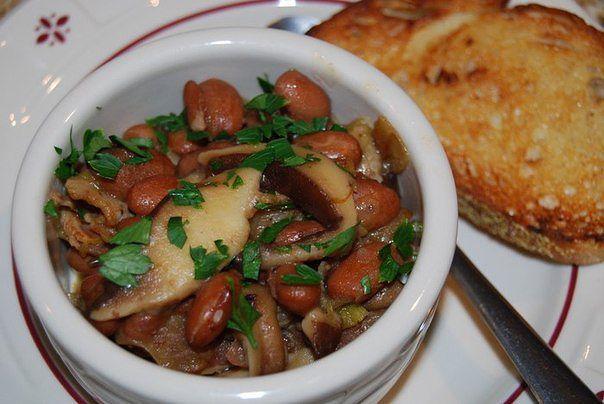 Фасоль с грибами в горшочке