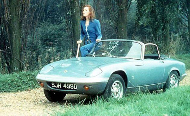 """Elan S2 ou S3, la longiligne Emma Peel de la série """"Chapeau melon et bottes de cuir"""" ne roule qu'en Lotus. Un beau petit cabriolet """"so britsh"""" bien plus vif et sportif que la Rolls de John Steed."""