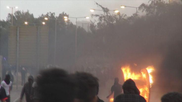 متظاهرون يشعلون الحواجز النارية بعد ختام مراسيم فاتحة الشهيد القائد محمد...