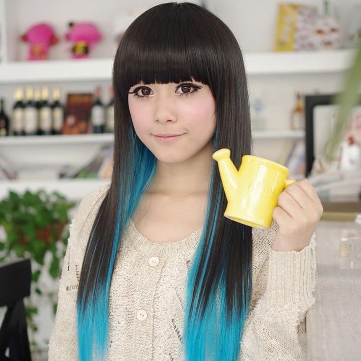 Японка в синем парике