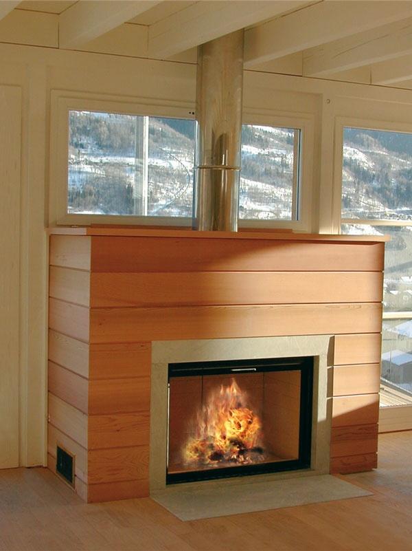 Foyer Design Bois : Cheminée avec decor en bois red cedar cadre pierre