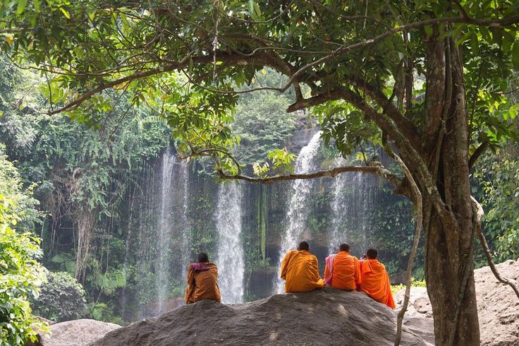 Un lugar espectacular para meditar y darse un chapuzon la cascada de la fertilidad en el parque nacional de Phnom Kulen provincia de Siem Reap Camboya.  #suresteasiatico #southeastasia #waterfalls #monks #meditation #phnomkulenwaterfall #phnomkulennationalpark #phnomkulen #siemreap #camboya #cambodia #sentadosenlaroca