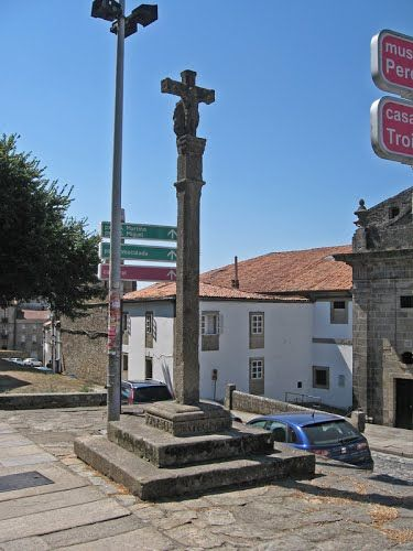 Seña de identidad del paisaje gallego y expresión de la devoción popular, los cruceiros se levantan en cruces de caminos o cerca de ermitas, iglesias y cementerios. En Galicia hay unos 12.000. Se dice también que los cruceiros protegen a los viajeros. Inf: turgalicia