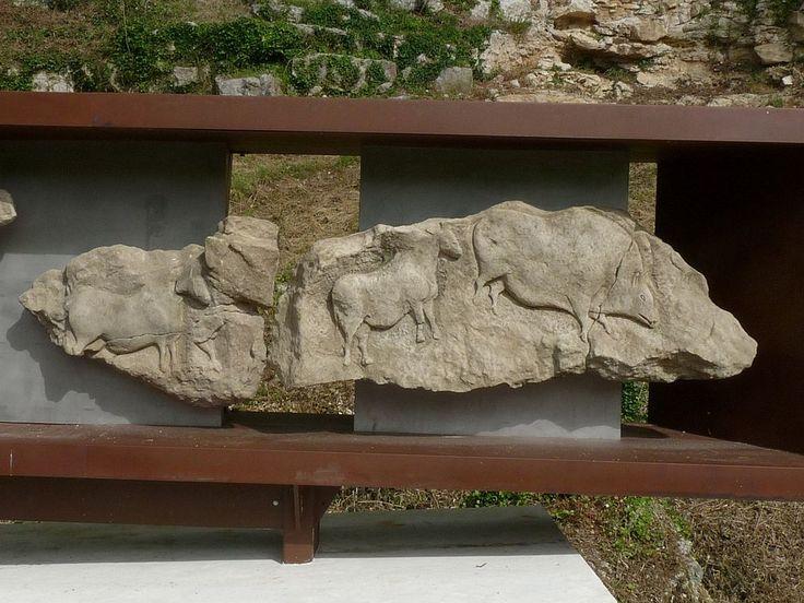 Reproduction de la frise (morceaux 10 et 11), Roc de Sers, Charente, France; à gauche: cheval, à droite: cheval et bison-sanglier Paléolithique  Sersroc frise 10,11.JPG