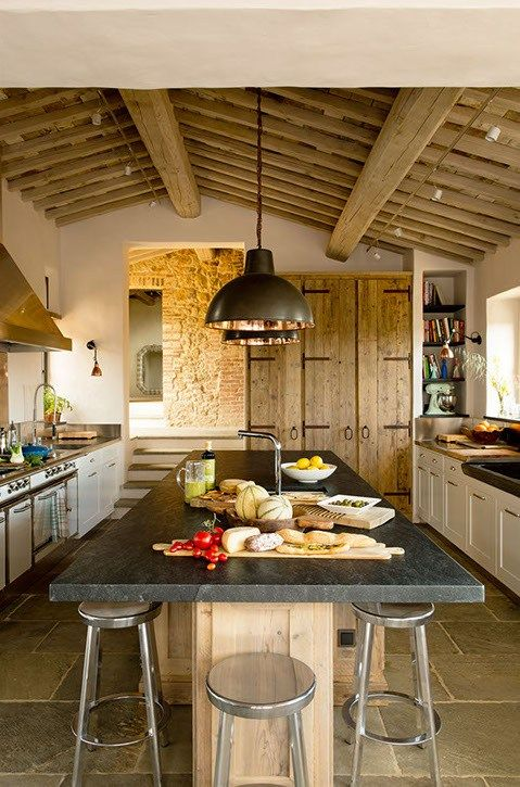 This is the famous Canadian designer Debbie Travis, who as owner of the place, has supported the renovation of an old Tuscan farmhouse on a UNESCO World Heritage site, the villa Renelia and made a ideal home for the holidays after five years of hard work.