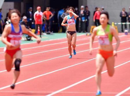 女子予選100Mで、レース中に走るのを止め棄権する福島千里(中央)=広島広域公園陸上競技場(撮影・吉澤敬太) / 福島千里、プロ国内初戦は途中棄権 両ふくらはぎにけいれん #陸上 #福島千里