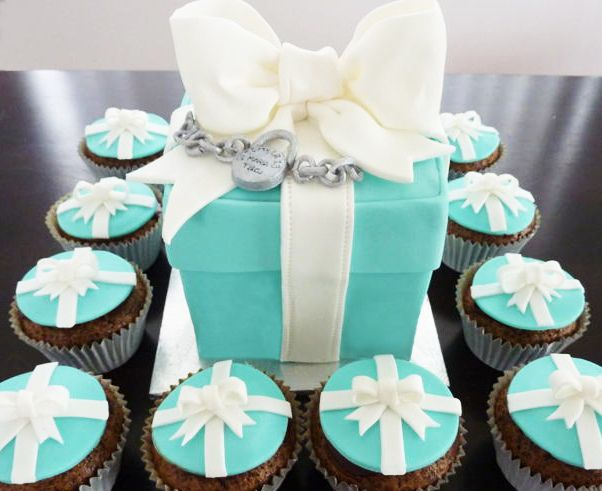 Tiffany  Co mini-cake (measuring approx 11cm x 11cm x 11cm) with charm bracelet and matching cupcakes by Sweet Parlour, via Flickr