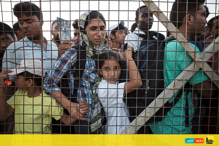 Ces migrants se trouvent sur une île grecque proche de la Turquie. Ils s'apprêtent à prendre un ferry pour rejoindre Athènes, la capitale de la Grèce.  © Konstantinos Tsakalidis/ SOOC/ AFP.