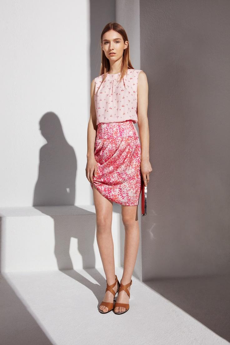 PRETTY IN PASTEL: Los tonos pastel toman este look en una combinación de estampados con falda tulipán. ADOLFO DOMINGUEZ WOMAN LOOKBOOK http://www.adolfodominguez.com/look-lwss2013-8